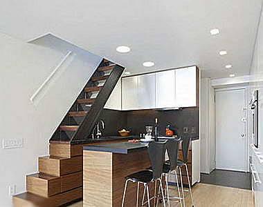 一個置身于樓梯下的廚房,將空間利用率最大化處理.
