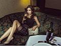 韩女星性感写真 倚沙发秀翘臀露诱人乳沟