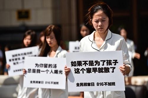 上海地标广场现孤独沙发呼吁全民回归家庭