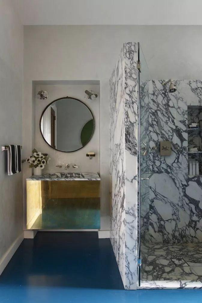 暗纹瓷砖步入式淋浴间