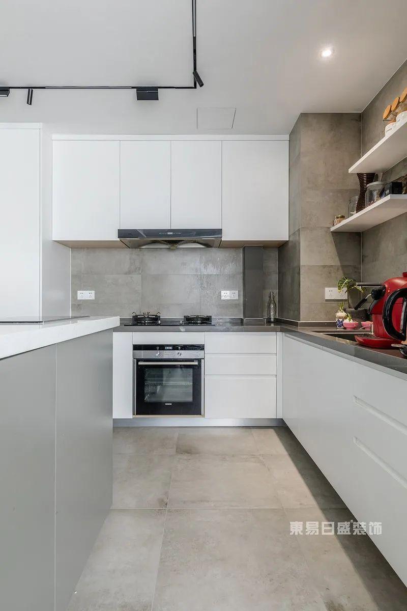 现代简约厨房实景图