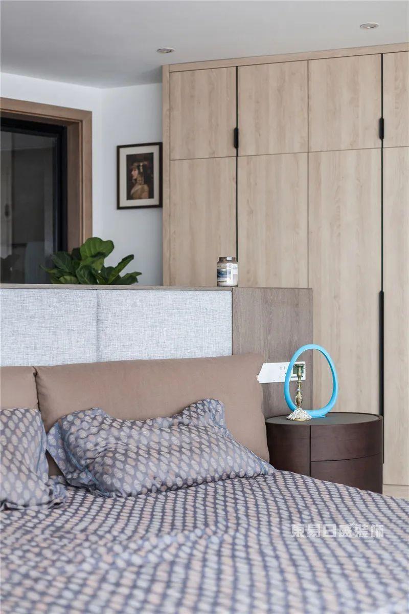 异形空间卧室衣柜实景图